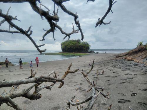 Target Vaksinasi Tidak Tercapai, Pantai Batukaras dan Pantai Madasari Pangandaran Ditutup Sementara