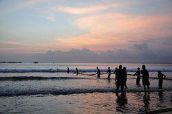 Sensasi Menarik Jaring Pukat Di Pantai Pangandaran