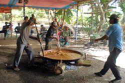 Pembuatan Dodol Pangandaran Simbol Gotong Royong Antar Warga