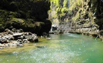 Pesona Sungai dengan Sedikit Jeram di Green Canyon