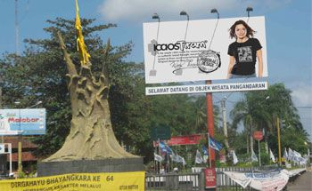 Tugu Welcome to Pangandaran, Kenapa Jadi Warna Emas?