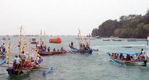 Hajat Laut Pantai Timur Pangandaran Berlangsung Meriah