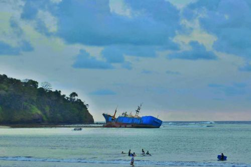 Air Pantai Pasir Putih Tercemar Keberadaan MV Viking Disoal Warga