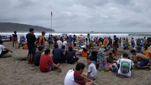 Akhir Bulan, Pantai Pangandaran di Padati Pengunjung