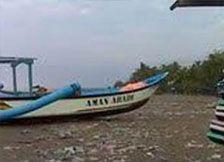 Akibat Hujan Lebat Sampah Berserakan di Pangandaran