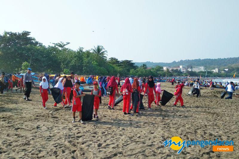 Dalam Rangka Hari Bhayangkara ke-72, Polri dan TNI Adakan Gerakan Bersih Pantai
