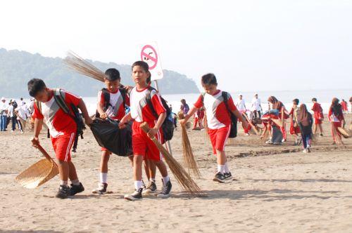 Aksi Nyata Gerakan Jumat Bersih Dimulai