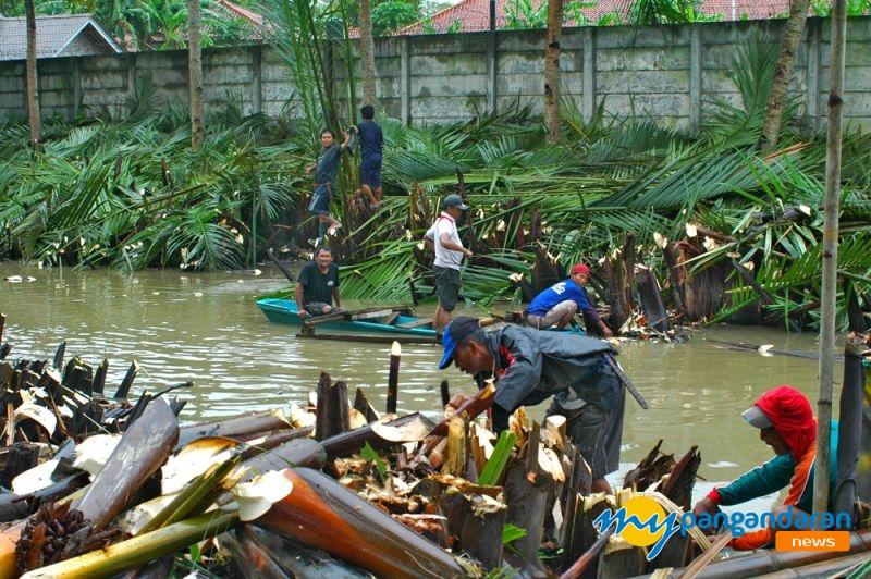 Antisipasi Banjir, Warga Babakan Lakukan Normalisasi Sungai Cikidang
