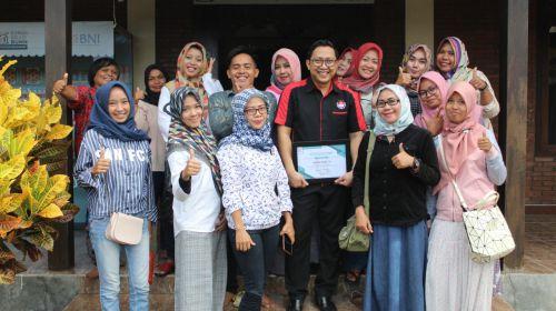 Antusias! Ibu-Ibu Belajar Produksi Kue di RKB Pangandaran Bersama Zahakir Haris