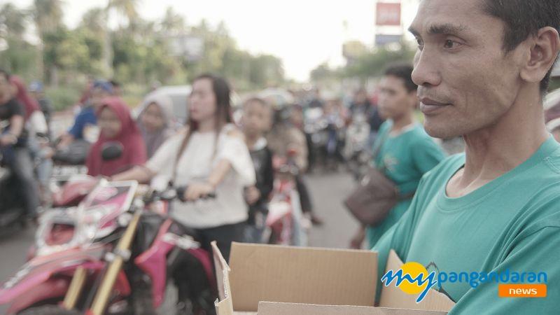 Bagi-bagi Takjil Gratis di Jalan Tol Pangandaran