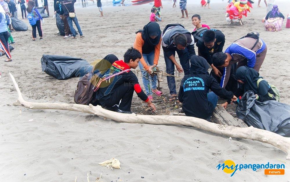 Bakti Sosial Bersih-bersih Pantai Barat Pangandaran