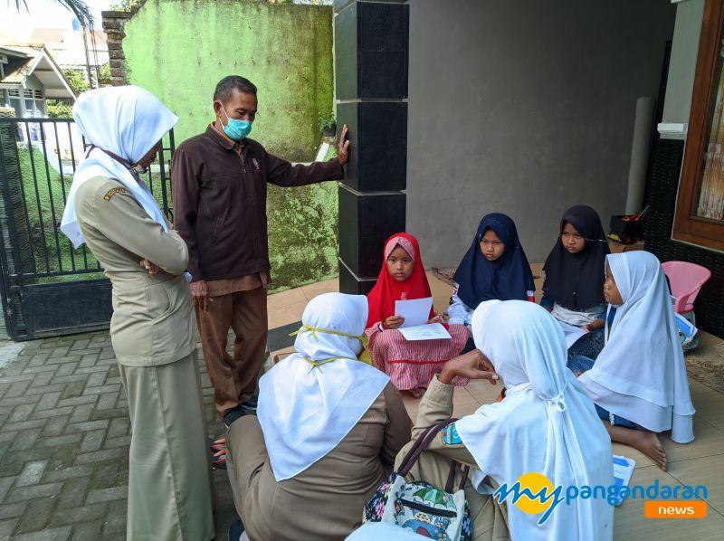 Belajar di Rumah, Guru di Pangandaran Door To Door ke Rumah Siswa