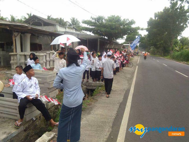 Berjejer di Tepi Jalan, Warga Pangandaran Antusias Sambut Presiden Jokowi