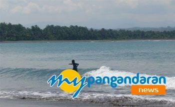 Bersihnya Pantai Batu Karas Bikin Peselancar Betah