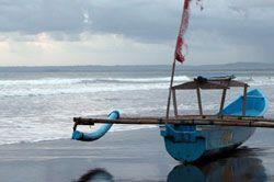 Cuaca Tak Menentu, Pantai Tak Seramai Biasanya