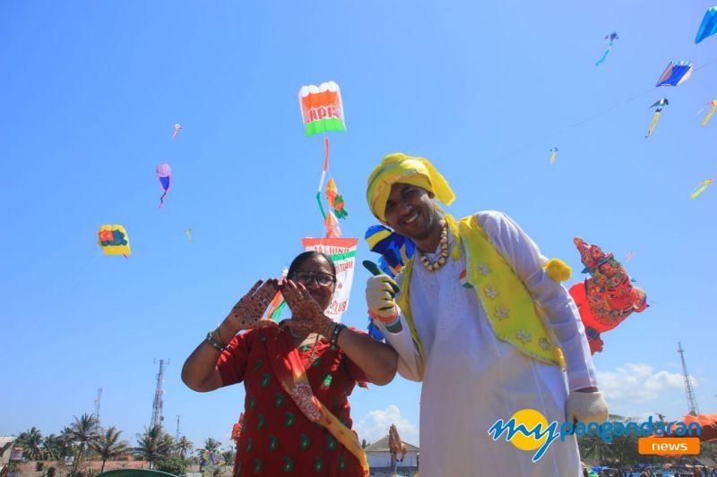 Curi Perhatian Ibu-Ibu, Peserta Pangandaran International Kite Festival 2019 Asal India Jadi Rebutan Selfie