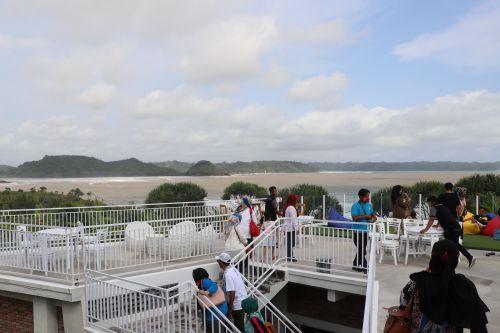 Cuti Bersama, Pantai Karapyak Pangandaran Dipadati Pengunjung