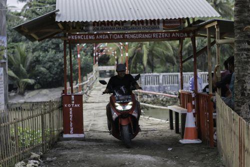FOTO: Butuh Perhatian, Jembatan Bambu Penghubung Desa Pangandaran dan Desa Babakan Semakin Bagus