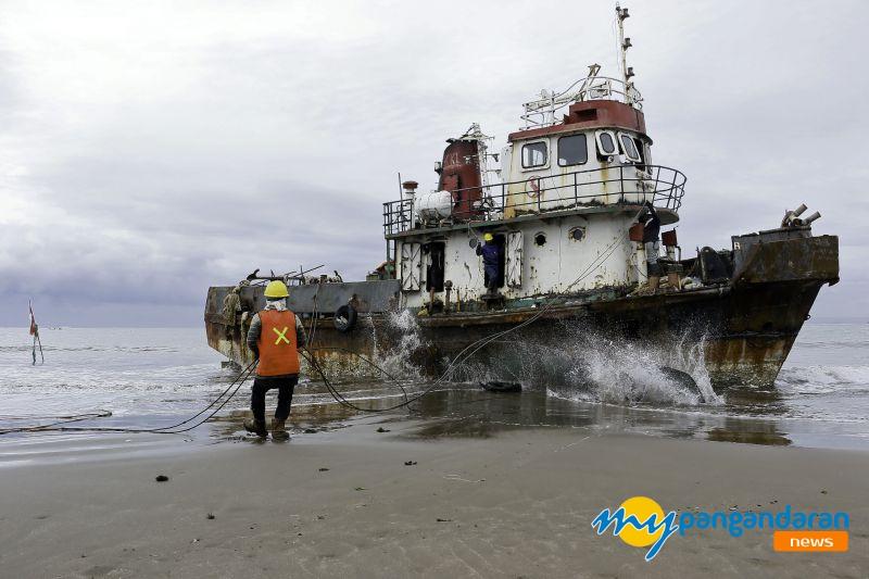 FOTO: Eksekusi Kapal Oscar Aquaria Yang Terdampar di Pantai Barat Pangandaran