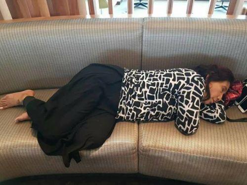 Foto Menteri Susi Pudjiastuti Tidur Kelelahan di Sofa Jadi Viral