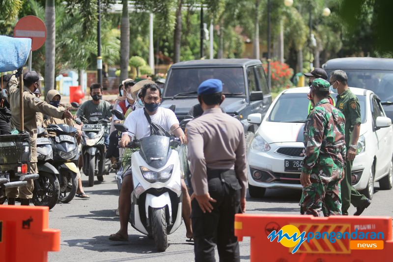 FOTO: Petugas Lakukan Penutupan Objek Wisata Pantai Pangandaran