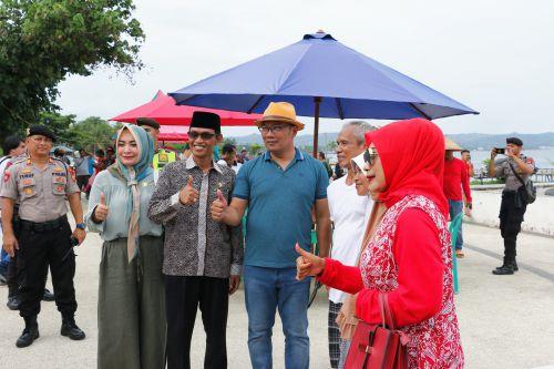 Foto: Ridwan Kamil Jadi Sasaran Objek Foto di Pangandaran