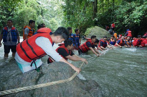 FOTO: Seru! Potret Pengunjung Mengarungi Derasnya Sungai Citumang Pangandaran
