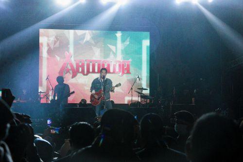 Gelar Konser di Pangandaran Band Armada Bikin Baper Penonton