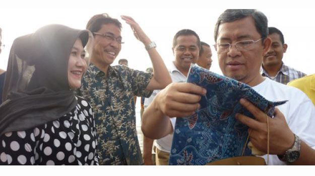 Gubernur Jabar Dapat Batik Khas Pangandaran