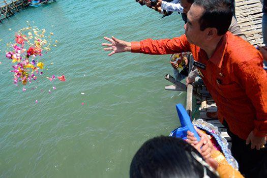Hajat Laut , Wakil Bupati Ciamis Tabur Bunga di Pangandaran
