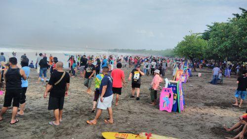 Hari Ini Pantai Pangandaran di Padati Pengunjung