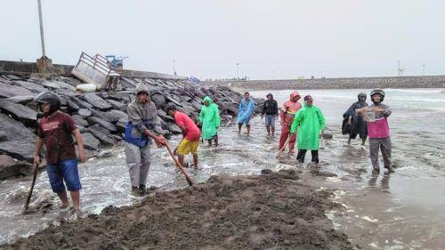 Hujan Turun, Warga Babakan Pangandaran Gotong Royong Menjebol Muara
