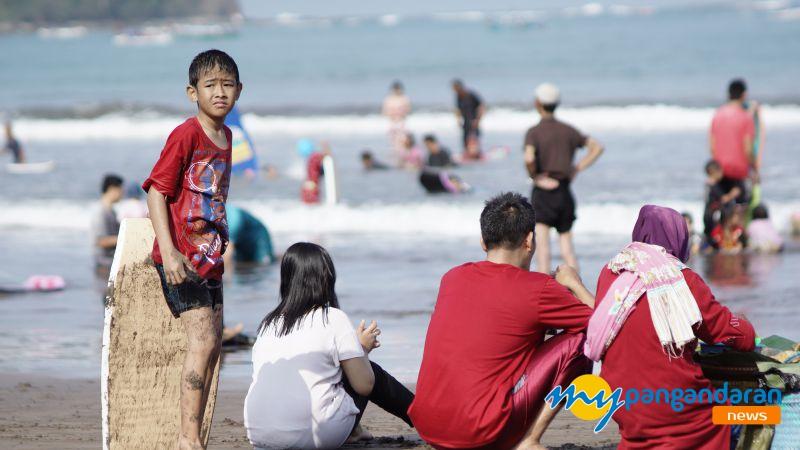 Jelang Akhir Liburan Sekolah, Wisatawan Masih Padati Pantai Pangandaran