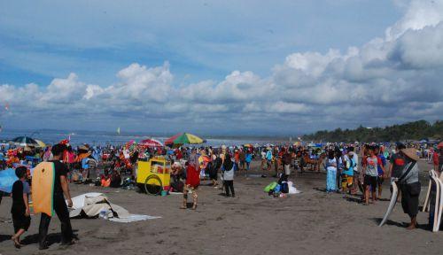 Jelang Pergantian Tahun, Pengunjung Padati Pantai Pangandaran