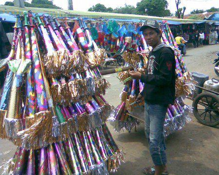 Jelang Tahun Baru, Penjual Terompet Menjamur di Pangandaran