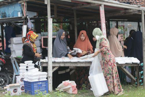 Jumat Berkah, Emak-Emak Di Pangandaran Berbagi Nasi Bungkus