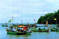 Kapal Nelayan Cilacap Berlindung di Pangandaran