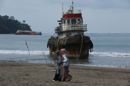 Kapal Terdampar di Pantai Pangandaran Belum di Evakuasi