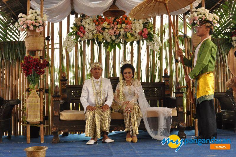 Keren, Pasangan di Pangandaran Ini Menikah Ditepi Sungai Dengan Dekorasi Penuh Pohon Bambu