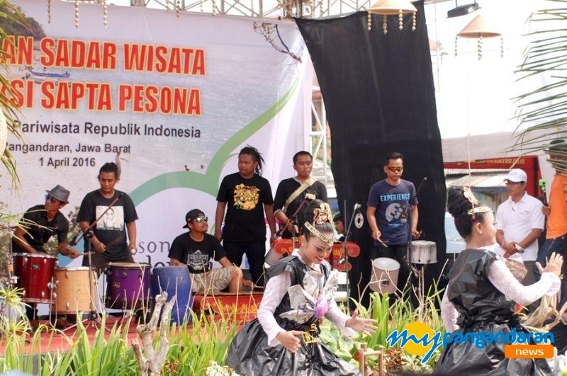 Ki Runtah Band Pangandaran, Jadikan Barang Bekas Jadi Seni Nyentrik