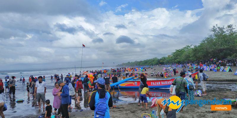 Libur Weekend di Pangandaran, Wisatawan Penuhi Kawasan Pantai Pangandaran