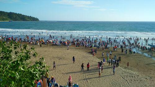 Liburan Long Week End,  Pantai Pangandaran didatangi Banyak Pengunjung