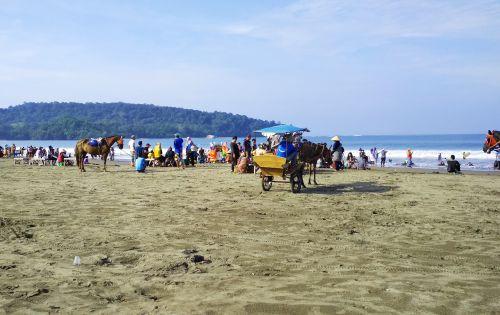 Menikmati Liburan Weekday di Pantai Pangandaran