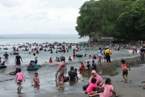 Musim Liburan Sekolah, Pantai Batukaras Diserbu Pengunjung