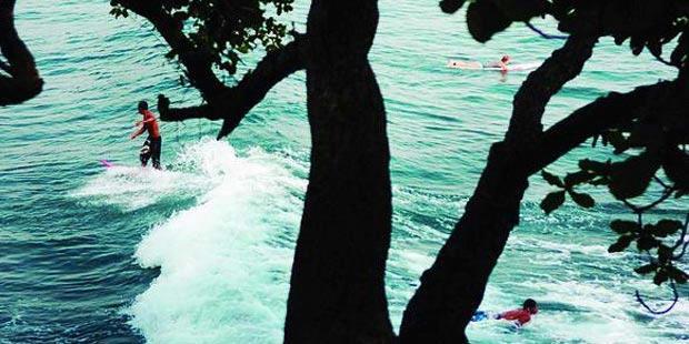 Pantai Batukaras, Surga Peselancar Pemula