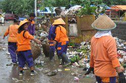 Para Pedagang Kaki Lima Lakukan Kegitan Bersih-bersih Pantai