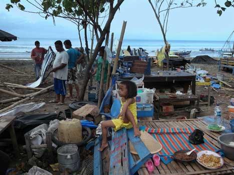 Pasca Musibah Angin Puting Beliung, Warga Bergotong Royong Membersihkan Puing
