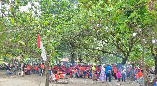 Pedagang Asongan Kompak Bantu Pembersihan Pantai Bekas PKL