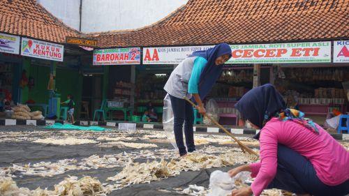 Pedagang Jambal Roti Pangandaran Manfaatkan Momen Ramadan Untuk Beres-beres Kios
