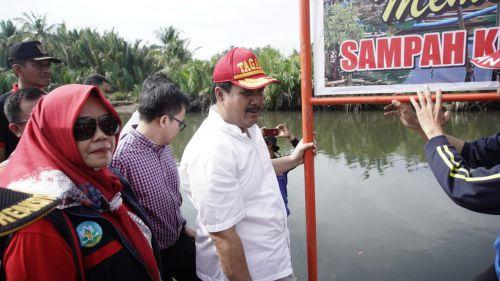Peduli Lingkungan, Bupati Pangandaran dan Relawan Bersihkan Sungai Cikidang